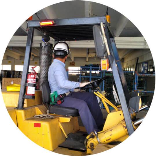 Instructor Ferrocap en Operación Segura de Montacargas para la industria ferroviaria.